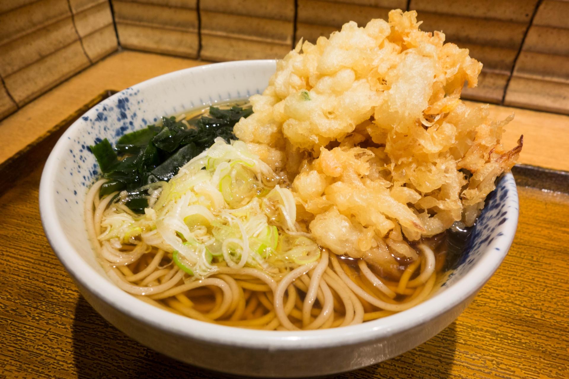胃もたれを引き起こす天ぷらそば。本来は美味しいもの。